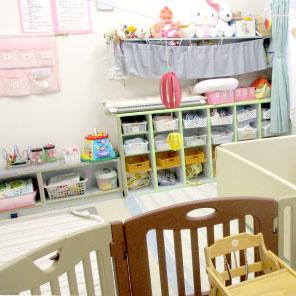 0歳児の保育室乳児6人が生活